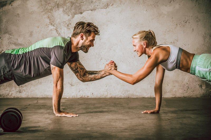 fitness_couple_plank-mit-abklatschen-satt