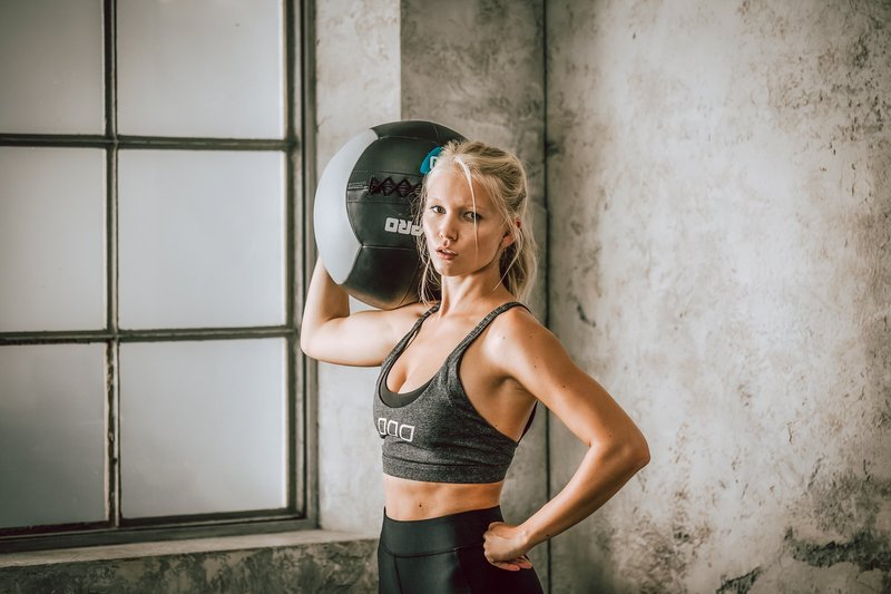 Fitness_Frau_Medizinball 2